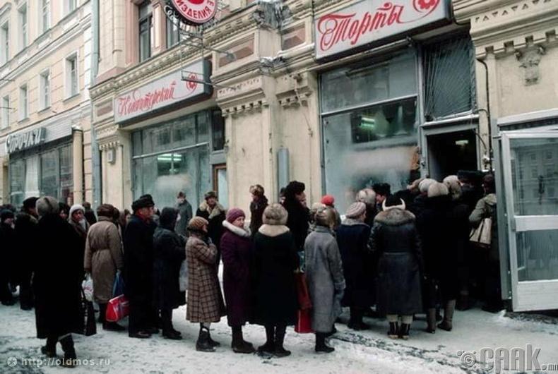 Бялуу авах гэж их олон хүмүүс цуглажээ