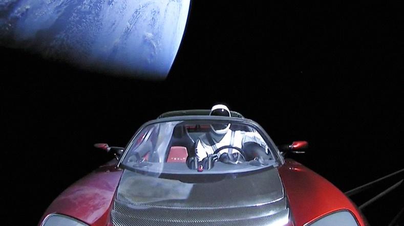 """Илон Маскийн сансарт хөөргөсөн """"Tesla"""" машин одоо хаана яваа вэ?"""