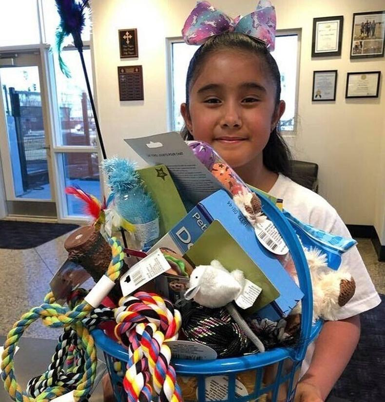 Төрсөн өдрөөрөө бэлгэнд авсан бүх мөнгөөрөө амьтан хамгаалах байгууллагад бэлэг авсан Софиа охин