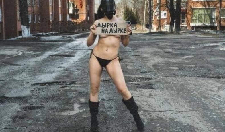 Эрхүүгийн нэгэн бүсгүй хотынхоо замын нүхнүүдийг бөглүүлэхийн тулд нүцгэлжээ