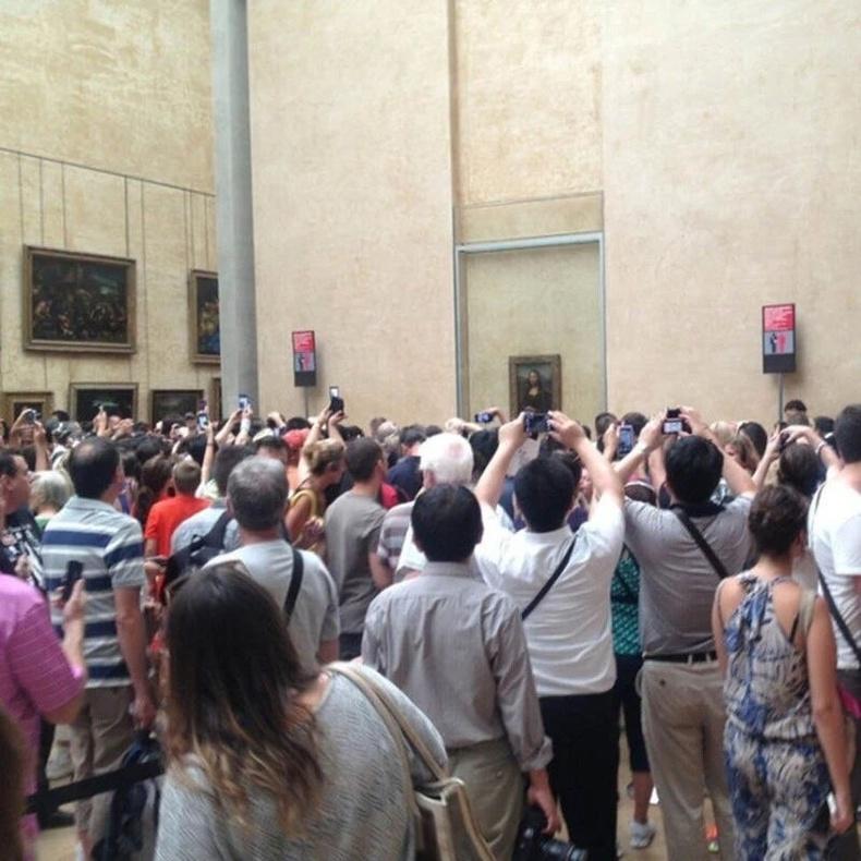 Луврын музей дахь Мона Лизагийн танхимд үргэлж шахуу ийм байдаг
