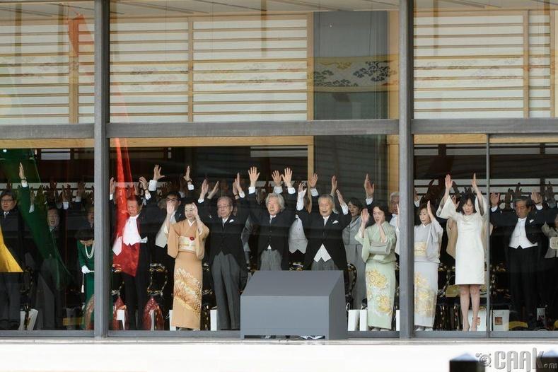 """Японы засгийн газрын гишүүд шинэ эзэн хаанаа угтаж, """"банзай"""" ёсолгоо үзүүлж байна"""