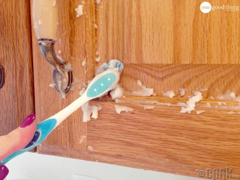 Дагтаршсан гүн тоосыг кокосын тосоор арчиж арилгаарай