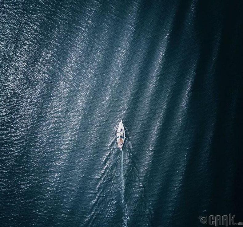 Арьсан буйдан дээрх цоорхойг далайд явж байгаа завьтай андуурч байгаа биз