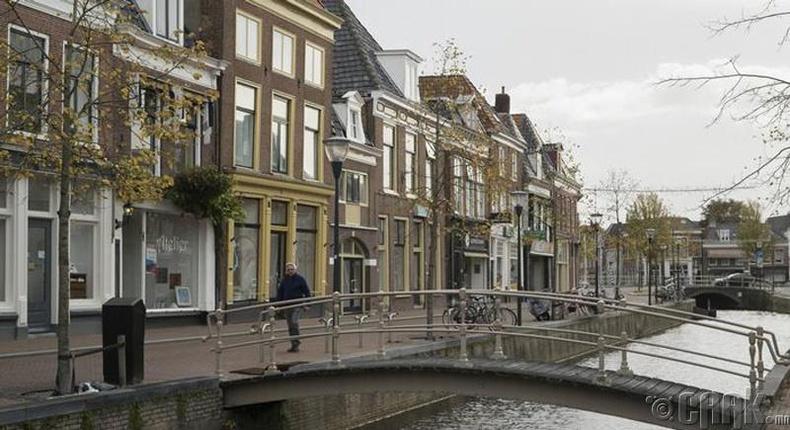 Зургаадугаар сар: Леовертен (Leeuwarden)