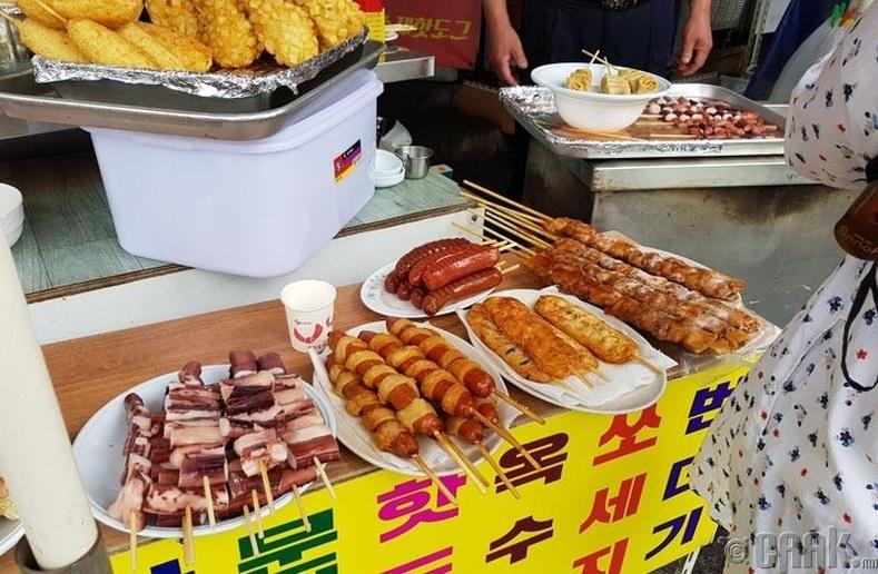 Солонгосын гудамжны хоолны нэг яах аргагүй саваан дээр хатгасан түргэн хоол