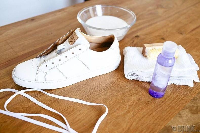 Мицелийн усаар цагаан гутлын өнгийг сэргээдэг