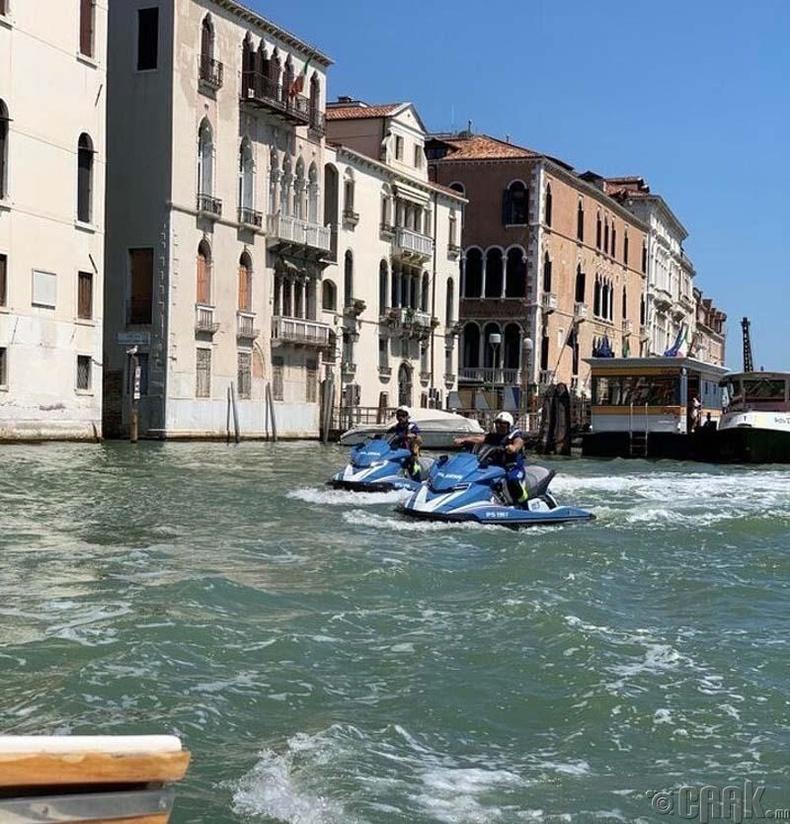 Венецийн цагдаа нар моторт завь хөлөглөдөг