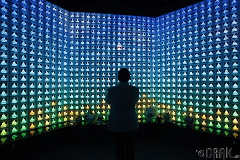 Юнкох Накагура болороор сийлсэн 2000 Буддагийн дунд залбирч буй нь