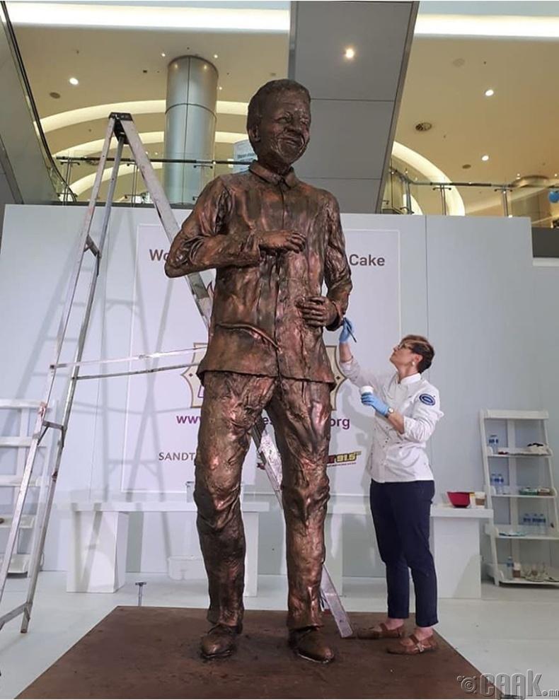 3 метрийн өндөртэй Нелсон Мандела (Nelson Mandela)-ийн бялуу