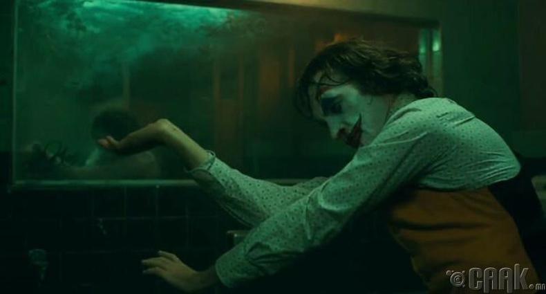 Угаалгын өрөөнд бүжиглэдэг хэсгийг Финикс өөрөө шууд сэдэж, гүйцэтгэсэн