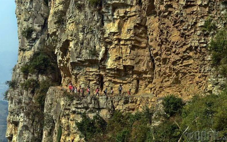 Хятадын Гүлү дахь сургууль хүрэх зам