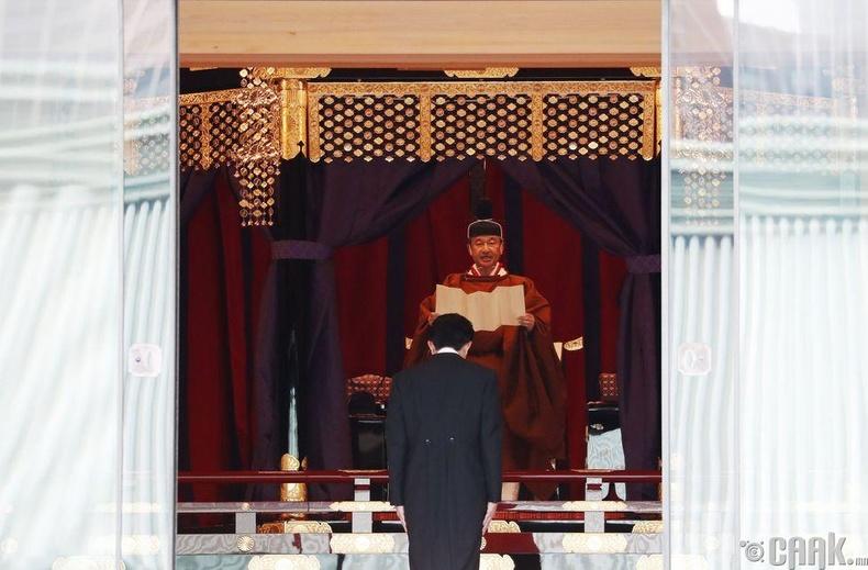 Ерөнхий сайд Шинзо Абэ эзэн хаандаа бараалхаж байгаа нь