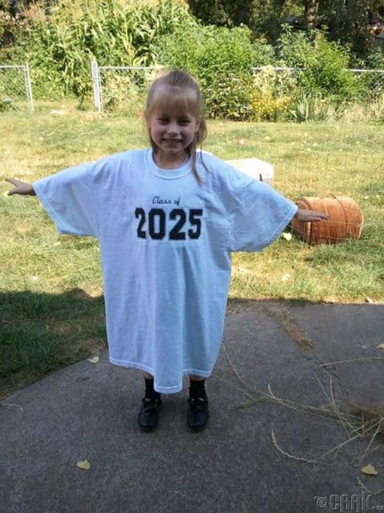 Түүнийг хэрхэн өсөж буйг мэдмээр байвал том болоод өмсөх футболк өмсүүлж жил бүр зургийг нь авч байгаарай