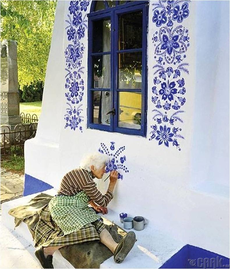 Тосгоныхоо бүх байшинг гоёдог Агнес Каспарова