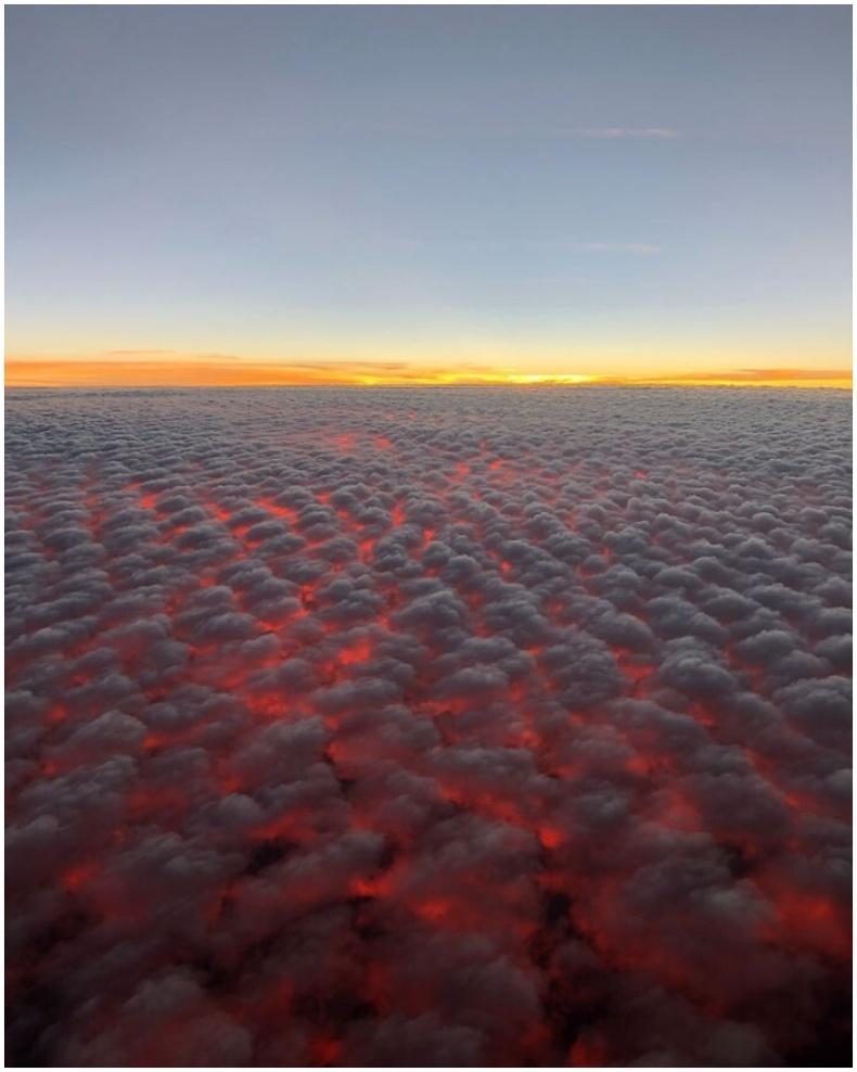 """""""Жаргаж буй нар үүлэн дээрээс галт уулын лава шиг харагддаг юм байна."""""""