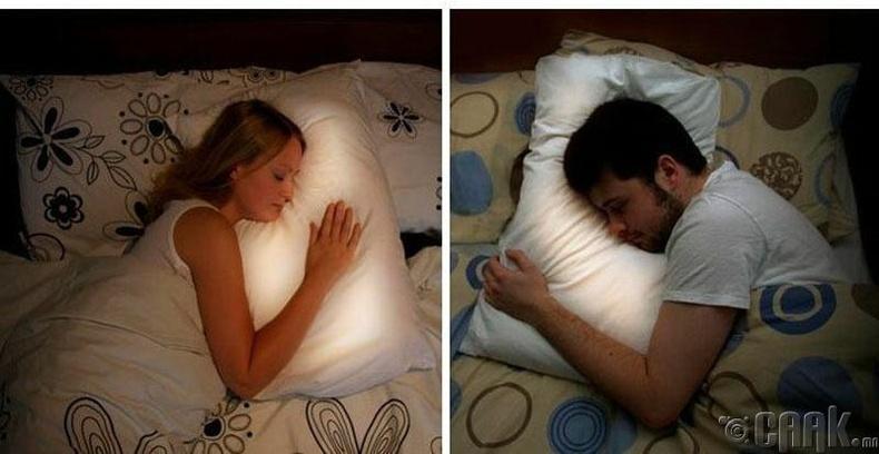 Хосуудад зориулсан дэр. Хол байгаа хайрт тань дэрлэх үед таны дэр гэрэлтдэг гэнэ. Гэхдээ унтах гэж байгаа хүмүүс гэрлээр яах юм бол?