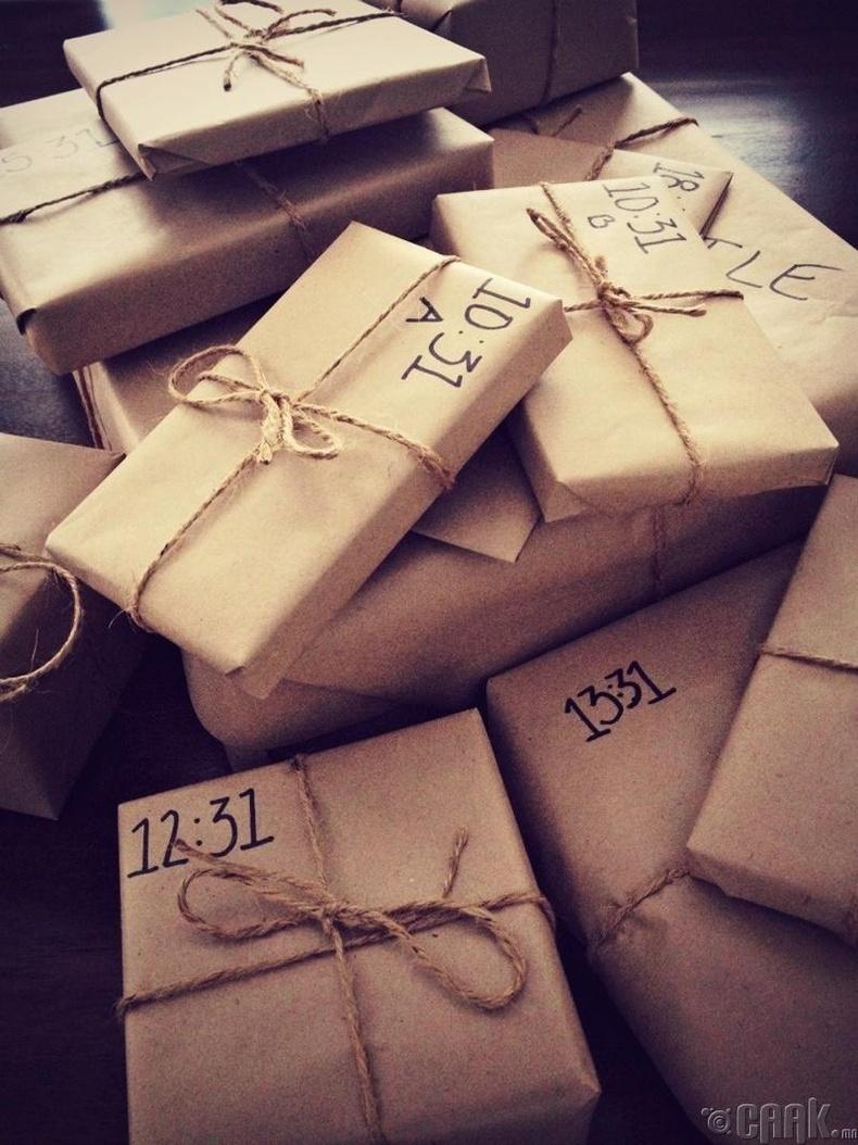 Гараар багласан олон төрлийн жижиг бэлэг