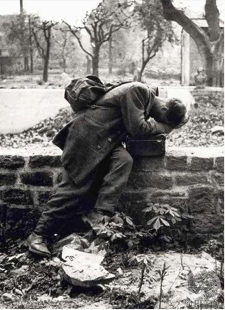 Герман цэрэг гэртээ эргэж иртэл гэр бүл нь бөмбөгдөлтөд өртсөнийг мэдэв - 1946 он