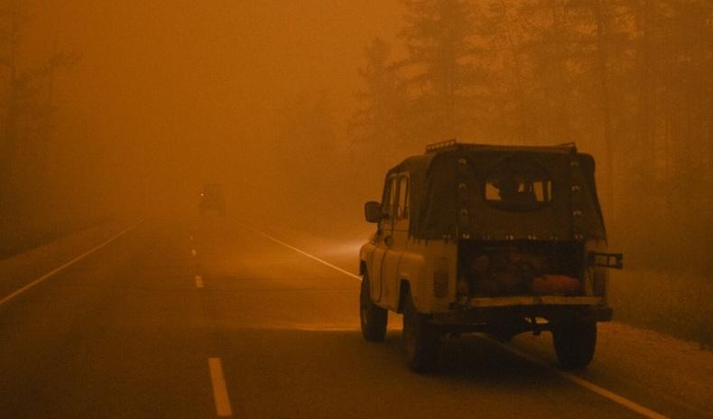 4 сая га газрыг бүрхэж, тэнгэрийг улаан болгосон Якутын ойн түймрийн эргэн тойронд...