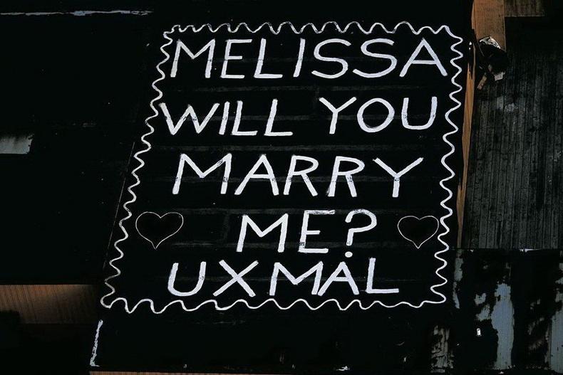 """Нью-Йорк дахь нисдэг тэрэгний буудал дээр """"Мелисса, надтай гэрлээч"""" гэж бичсэн байгаа нь"""