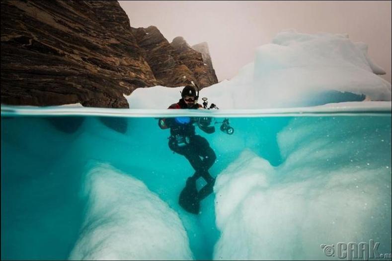 Мөсөн уулны зураг авч буй нь