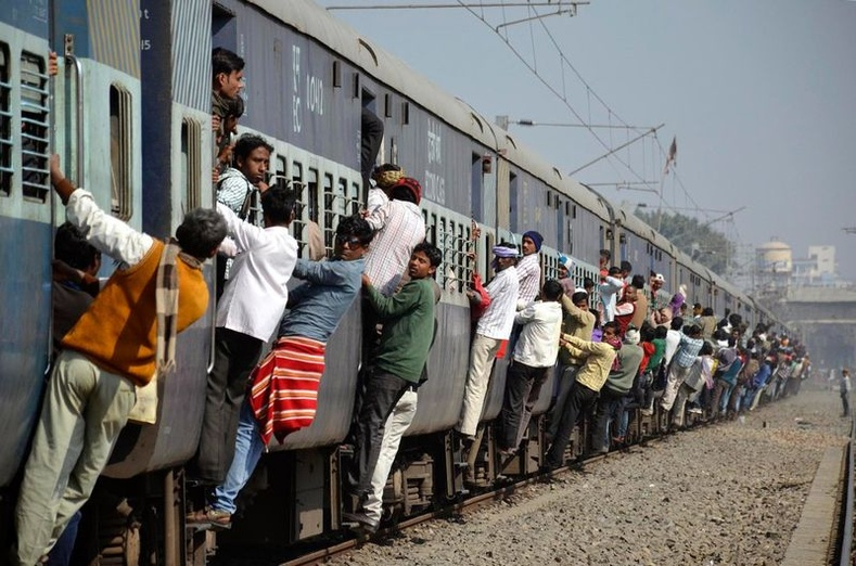 Энэтхэгчүүдийн зорчдог гол тээврийн хэрэгсэл нь галт тэрэг аж.