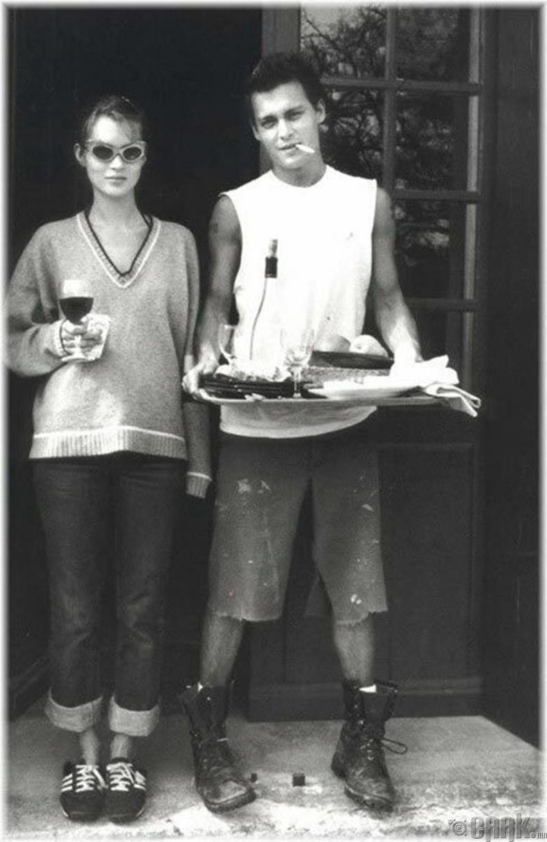 Жонни Депп загвар өмсөгч Кэйт Моссийн хамт