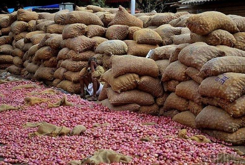 Энэтхэгийн зах дээрх сонгино худалдагч