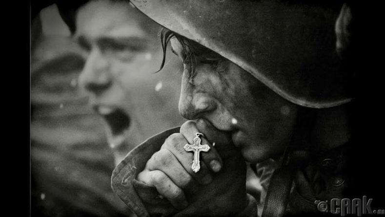 2-р дайны үеийн Зөвлөлтийн цэрэг загалмай үнсэж байгаа нь