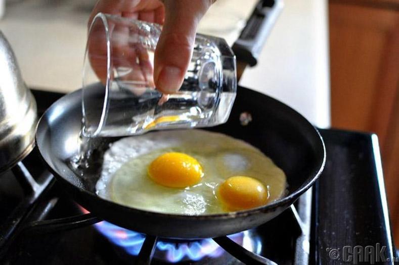 Хэрвээ та төгс нүдэлж шарсан өндөг идэхийг хүсвэл шарж байхдаа бүлээн ус тойруулан хийгээд, хайруулын тавгаа 45 секундийн турш таглаарай