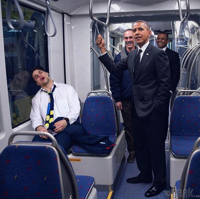Метронд унтаж байсан залуугийн дэргэд АНУ-ын Ерөнхийлөгч асан зургаа авахуулжээ