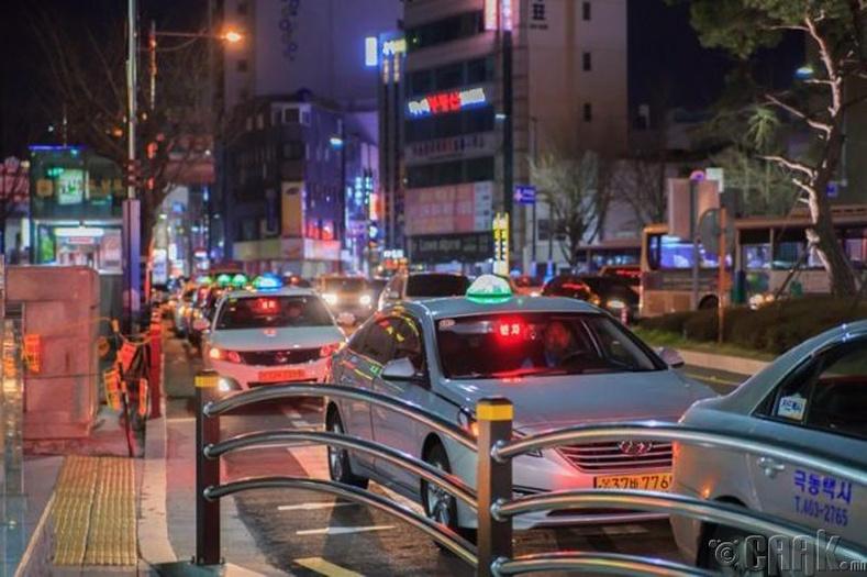 Дуучдыг мөшгөдөг шүтэн бишрэгчдэд такси компаниуд тусладаг