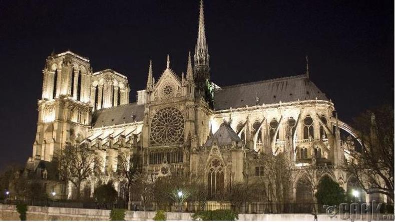 Парисын дарь эхийн сүмийг эртний Ромын сүмийн үлдэгдэл дээр барьсан