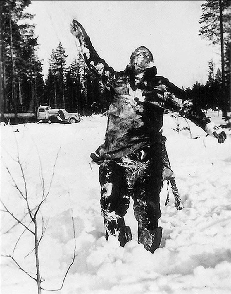 Өвлийн дайны үеэр Финланд цэргүүд дайсныхаа зүрхийг үхүүлэх зорилгоор хөлдөж үхсэн зөвлөлтийн цэргийн цогцсыг босоогоор нь байрлуулсан байгаа нь
