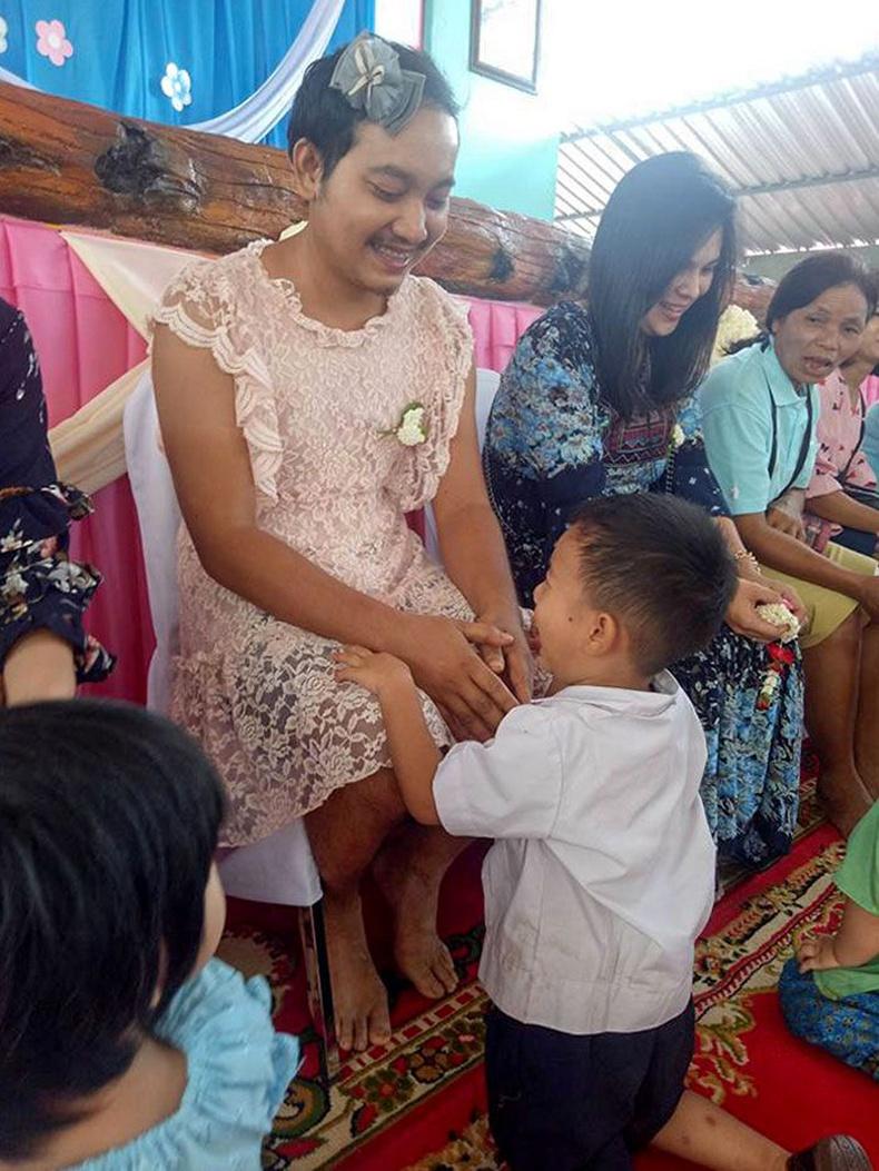 """""""Тайландад ээжүүдийн өдрөөр хүүхэд бүр сургуульдаа ээжийгээ дагуулж ирдэг. Харин энэ хүүгийн ээж нь нас барсан ч аав нь түүнийг гуниглуулсангүй"""""""