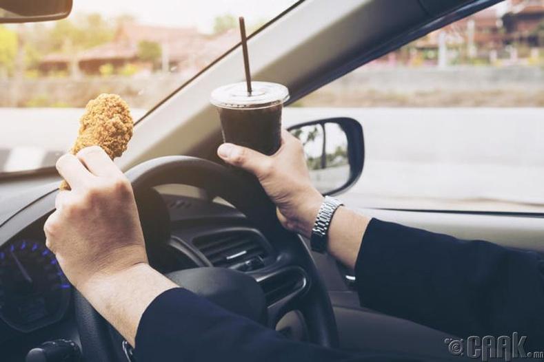 Англид жолоо барих үедээ юм идэж, уувал 128 долларын торгуулийн арга хэмжээг авдаг
