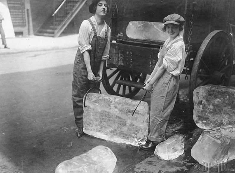 Мөс зөөж буй охид (1918)