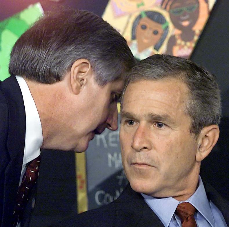 Цагаан ордны хэрэг эрхлэх газрын дарга Эндрю Кард тэр үед Флоридагийн бага сургуульд зочилж байсан Ерөнхийлөгч Жорж Буш-т нөхцөл байдлыг мэдээлж байна