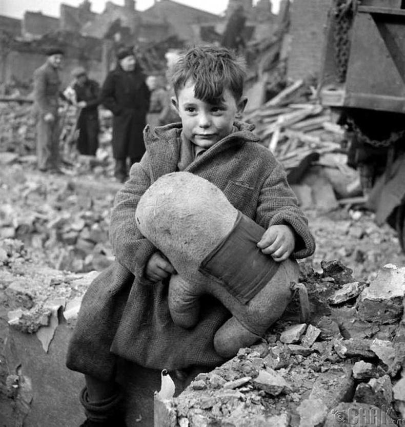 Тоглоомтойгоо үлдсэн хүү - Лондон, 1945 он
