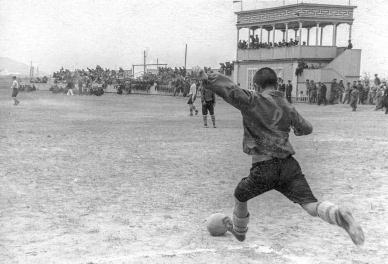 Голын цэнгэлдэхэд болсон хөлбөмбөгийн тэмцээн - 1940-өөд он