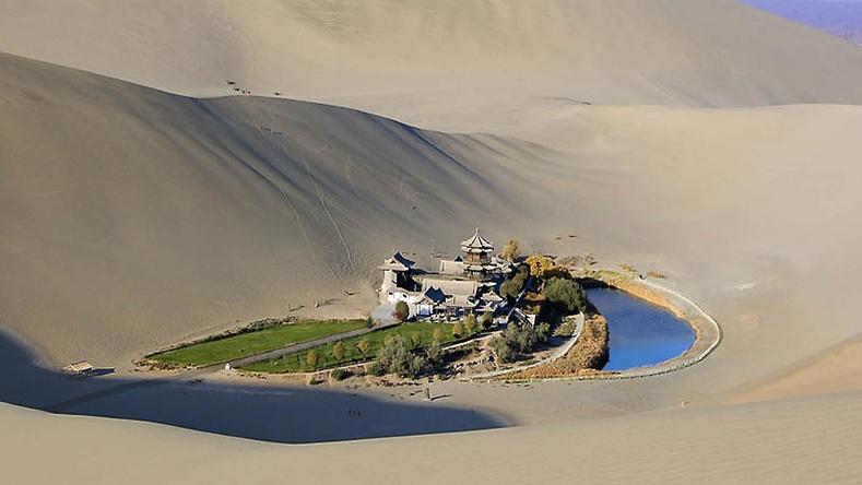 """Монголын хилийн ойролцоо, цөлийн дунд орших үзэсгэлэнт """"Хавирган сар"""" нуур"""