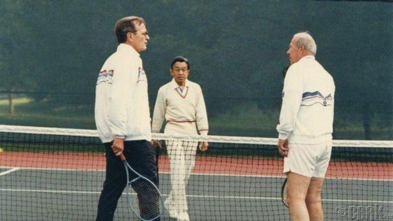Акихито том Жорж Буштай теннис тоглож байжээ