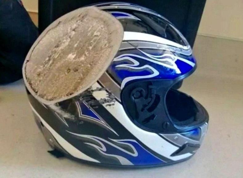 """""""Миний найз мотоциклиор 112 км / цагийн хурдтай явахдаа осолд орж, автобустай мөргөлдсөн. Түүний дуулга ослын дараа."""""""
