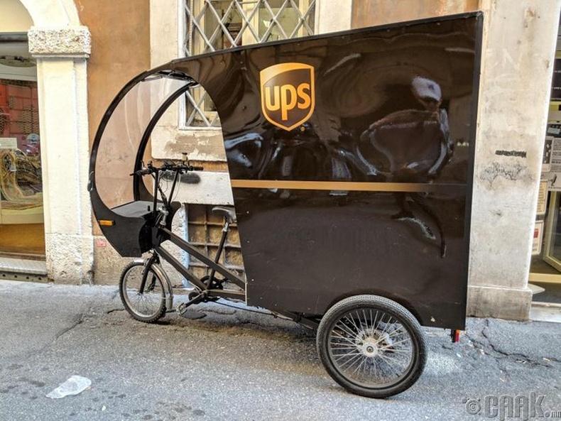 """Нарийхан гудамжинд ачаа хүргэх зориулалттай """"UPS""""-ийн унадаг дугуй - Итали"""