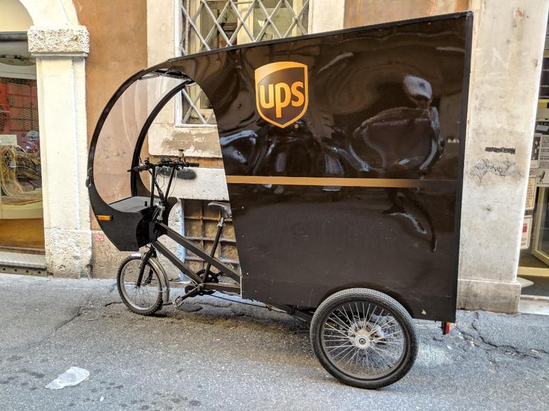 Италийн Ром хотод UPS компани бүхээгтэй дугуйгаар хүргэлт хийнэ