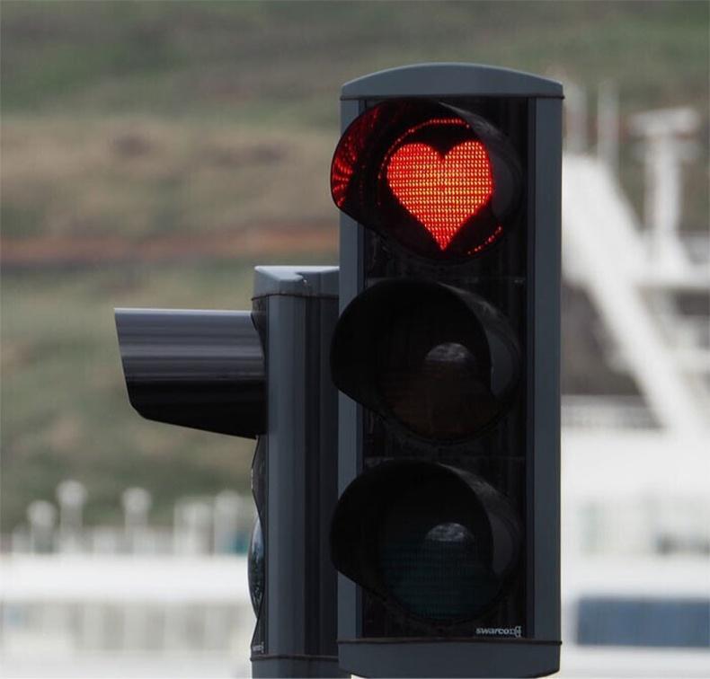 Акурейри хотод гэрлэн дохио нь улаан тойргийн оронд улаан зүрхтэй байдаг