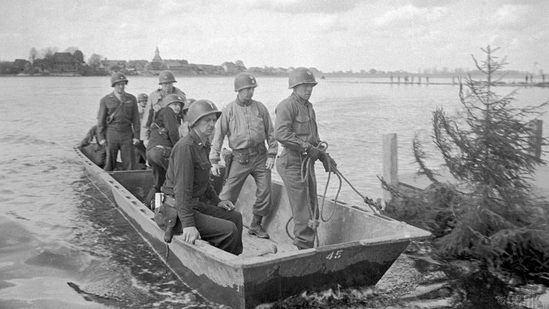 Америк цэргүүд Эльба голыг гаталж, Зөвлөлтийн цэргүүд дээр ирж буй нь, 1945 оны 4 сарын 25