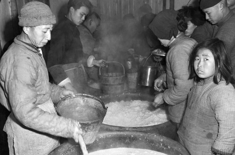 Дүрвэгчдийг хоолоор хангаж буй нь, 1949 оны 2-р сарын 4