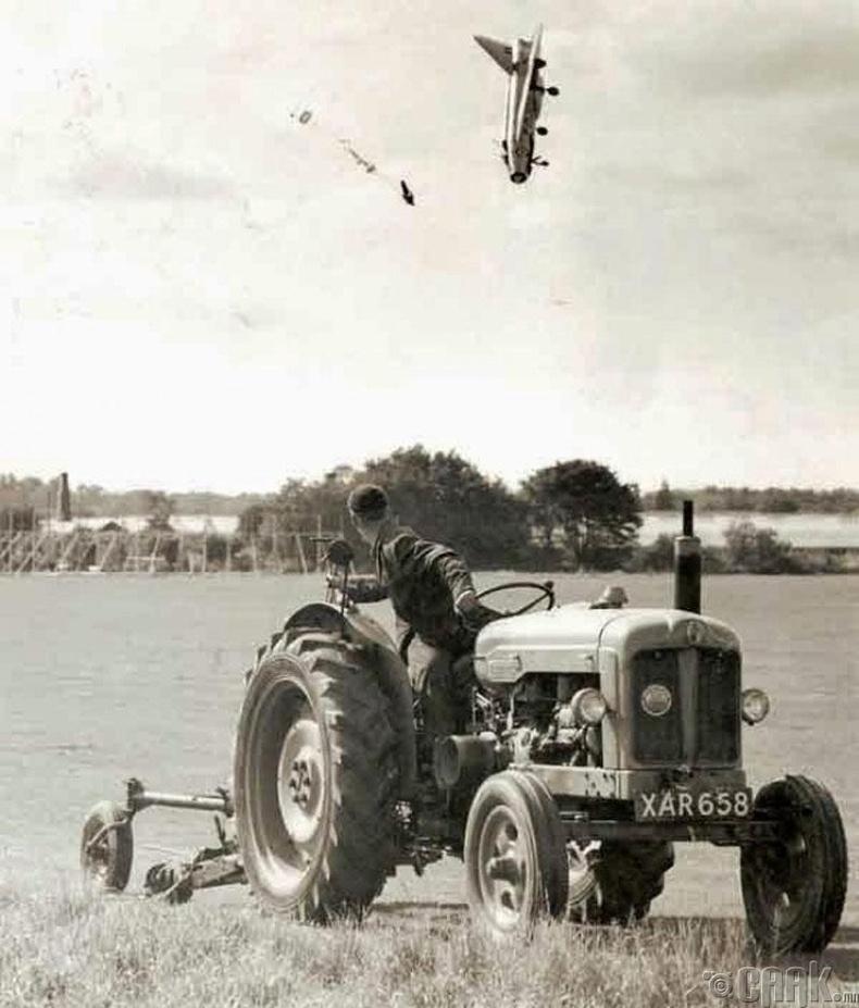 Дадлагажигч нисгэгч унаж буй онгоцноосоо үсэрч байгаа нь - 1965 он